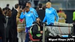 Patrice Evra quitte le stade après son exclusion après un incident avec les supporters de Marseille avant le début du match de football du groupe I de l'UEFA Europa League Vitoria SC contre Marseille au stade D. Afonso Henriques à Guimaraes le 2 novembre 2017.