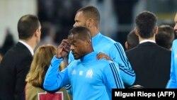 Patrice Evra quittant la pelouse après son un incident avec un supporter lors du match Marseille-Vitoria SC' Guimaraes le 2 novembre 2017
