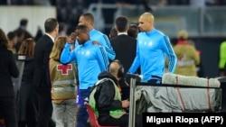 Le défenseur de Marseille Patrice Evra, exclu pour un violent coup de pied contre un supporter avant la rencontre d'Europa League à Guimaraes, 2 novembre 2017.