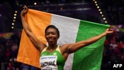 Murielle Ahoure célèbre sa victoire sur le 60m aux Mondiaux en salle de Birmingham, Angleterre, le 2 mars 2018.