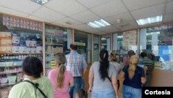 Người dân xếp hàng chờ mua thuốc ở thủ đô Caracas