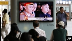 지난 17일 한국 서울역에서 북한 리영호 총참모장 해임 소식을 지켜보는 시민들.