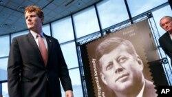 La ceremonia de presentación de la estampilla se realizó en la biblioteca presidencial que lleva el nombre del presidente número 35 de EE.UU. en Boston. Estuvo presente el legislador Joseph P. Kennedy III, demócrata de Massachusetts.
