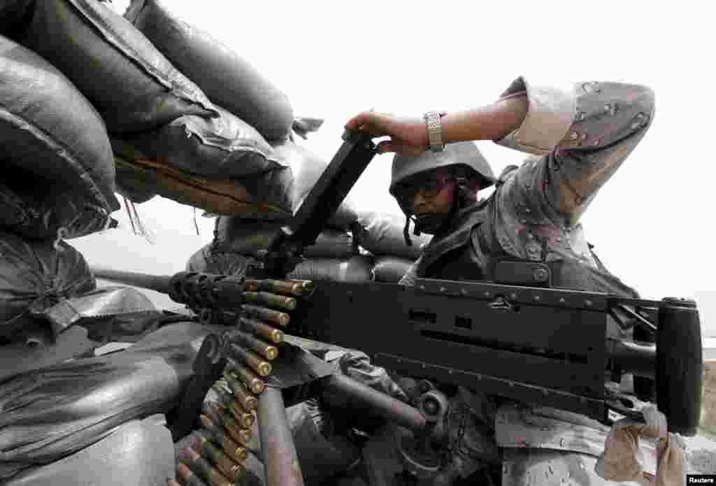 یک سرباز سعودی سلاح خود به سوی نوار مرزی میان عربستان سعودی و یمن نشانه گرفته است