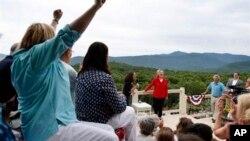 هیلاری کلینتون در جمع حامیان انتخاباتی در گلن، نیوهمپشایر. ۴ ژوئن ۲-۱۵
