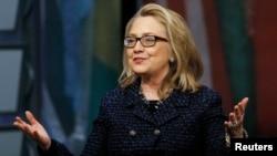 "Menlu AS Hillary Clinton menerima pertanyaan dari seluruh dunia melalui satelit, Twitter dan Facebook dalam acara ""Global Townterview"", Selasa (29/1)."