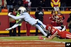로스앤젤레스 차저스의 마이크 윌리엄스 선수가 13일 미주리주 캔자스 시티에서 열린 '전미프로풋볼리그(NFL)'경기에서 캔자스시티 치프스 다니엘 소렌슨을 제치고 터치다운(touchdown)하고 있다.