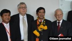 ဦးဂ်င္မီ၊ ဦးမင္းကိုႏိုင္တို႔နဲ႔ ၾသစေၾတးလ် ပါလီမန္အမတ္မ်ားျဖစ္တဲ့ မစၥတာ The Hon. Laurie Ferguson (Co-convener of the Australian Parliamentarians for Democracy in Burma - APDB and ALP MP) နဲ႔The Hon. Philip Ruddock လစ္ဗရယ္ပါတီကိုယ္စားလွယ္၊ လူဝင္မႈႀကီးၾကပ္ေရးဝန္ႀကီးေဟာင္းတို႔အား ေတြ႔ရစဥ္။