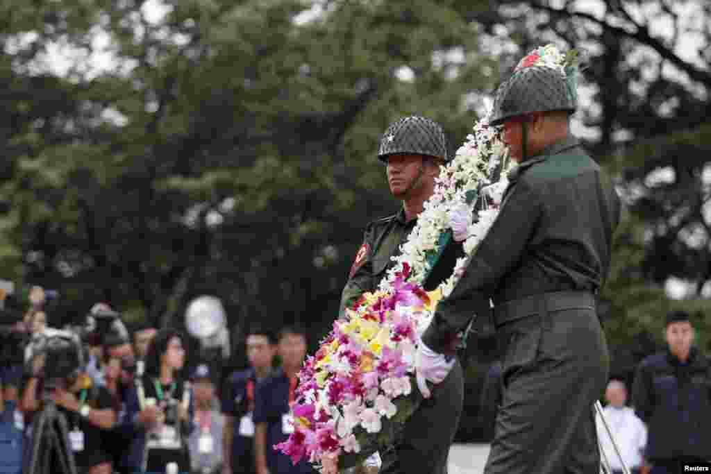 RTX1KV98 19 Jul. 2015 Yangon, Myanmar Guards of honour carry flowers during an event marking the anniversary of Martyrs' Day at the Martyrs' Mausoleum in Yangon July 19, 2015. Myanmar celebrates the 68th anniversary of Martyr's Day on Sunday to commemorat