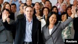Ứng cử viên tổng thống Peru Keiko Fujimori cùng chồng vẫy tay trước giới truyền thông sau khi văn phòng bầu cử Peru thông báo bà đã thất bại trước ông Pedro Kuczynski.