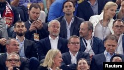 Роман Абрамович (в центрі), один з найбагатших підприємців Росії і власник лондонського футбольного клубу Челсі на матчі 29 травня 2019 р.