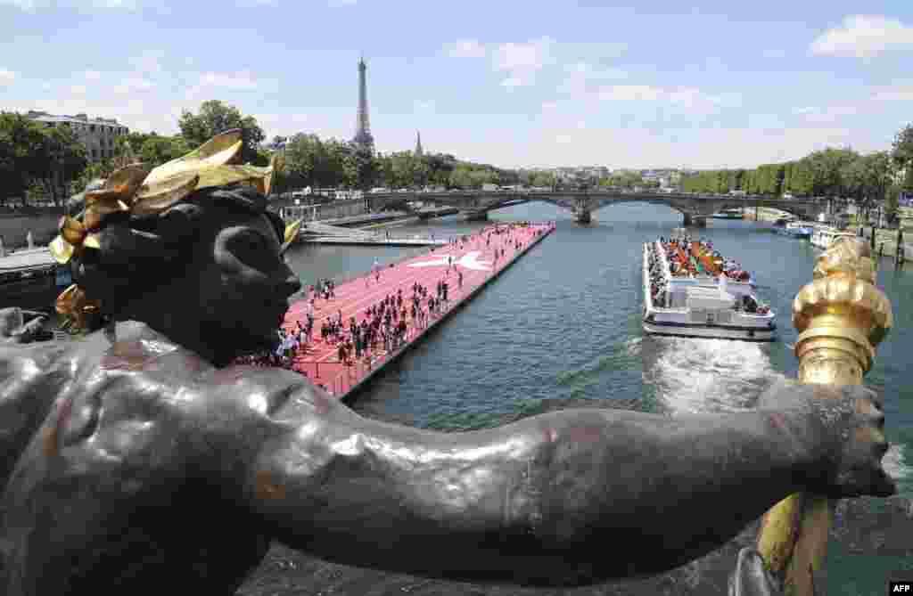 巴黎赛纳河上设立了漂浮的田径运动场。巴黎市政府为了显示对奥运的热情和能力,于6月23日和24日举办大规模的奥林匹克日活动,巴黎变成了大型奥林匹克公园(2017年6月23日)