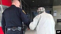 جیسون بنتلی، افسر پلیس، مرد کهنسال را به ملاقات همسر بیمارش به بیمارستان می برد. عکس از اداره پلیس مونتورزویل، پنسیلوانیا