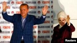 PM Recep Tayyip Erdogan merayakan kemenangan dalam pilpres langsung pertama di Turki, bersama isterinya Ermine Erdogan di Ankara, Minggu (10/8).