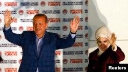 土耳其总理埃尔多安和妻子8月10日在安卡拉本党党部庆祝他赢得总统大选。