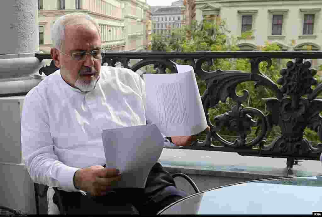 محمدجواد ظریف وزیر خارجه ایران در بالکن اتاق هیئت ایرانی در هتل کویورگ - شنبه ۲۰ تیر ۱۳۹۴