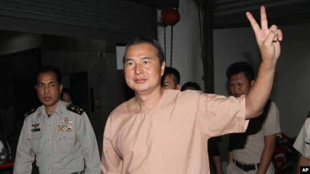 Chủ biên Somyot Pruksakasemsuk bị kết tội đăng tải hai bài báo phỉ báng Quốc vương.