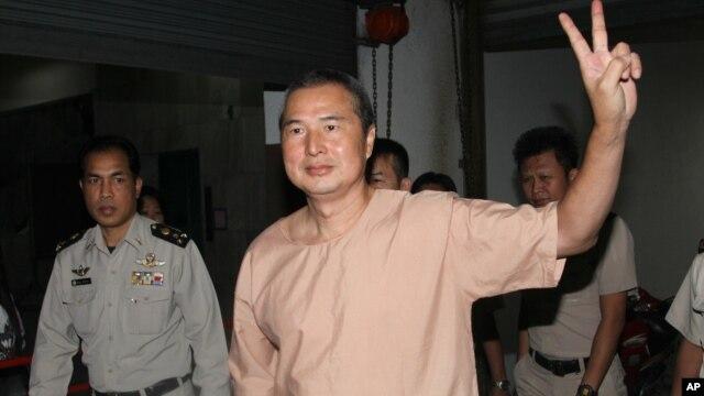 Aktivis Thailand Somyot Pruksakasemsuk berjalan menuju ruang pengadilan kriminal di Bangkok, Thailand, Rabu (23/1).