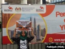 Aktivis buruh melakukan unjuk rasa di depan Kedutaan Malaysia, di Jakarta, Senin (29/4). Mereka menuntut kepada pemerintah Malaysia untuk membuka kembali proses peradilan untuk kasus Adelina. (Foto: VOA/Fathiyah)
