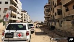 خودروهای صلیب سرخ در شهر درعا در سوریه.