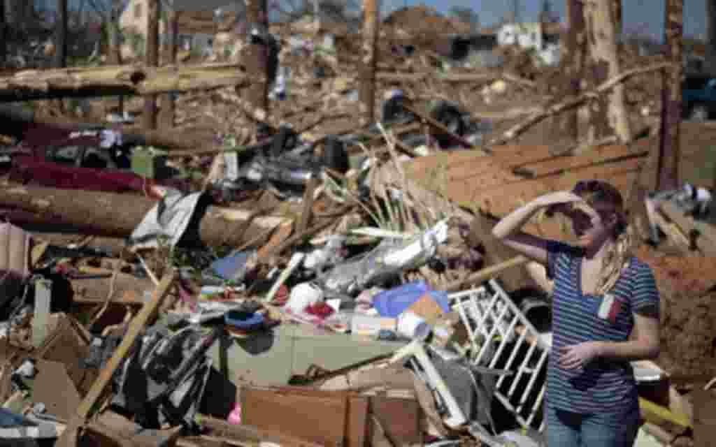 Una mujer mira la devastación consecuencia de los tornados mortales en Tuscaloosa, Alabama.