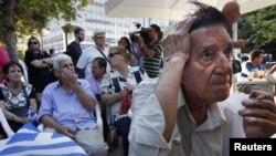 Para pendukung konservatif menunggu hasil-hasil pemilu parlemen Yunani di luar markas Partai Demokrasi Baru di Athena (17/6),