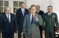 En esta foto de archvio del 11 de febrero de 1991 se ve al presidente George H.W. Bush conversando con periodistas en el Jardín de las Rosas de la Casa Blanca, tras reunirse con altos asesores militares para discutir sobre la Guerra del Golfo. Desde la izquierda: el secretario de Defensa Dick Cheney, el vicepresidente Dan Quayle, el presidente Bush, el secretario de Estado James Baker y el jefe del Estado Mayor Conjunto de las Fuerzas Armadas Colin Powell.
