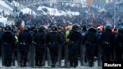 12月11日烏克蘭抗議人群在基輔廣場與警察對峙。