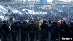 12月11日乌克兰抗议人群在基辅广场与警察对峙。