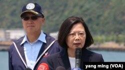 台灣總統蔡英文在海軍蘇澳基地視察台灣海軍。 (美國之音楊明拍攝)