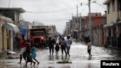 Abanyagihugu mu mabarabara y' I Les Cayes muri Haiti inyuma y'aho iguhuhusi Matthew Kihaciriye.