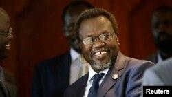남수단 반군 대표인 리에크 마차르 전 부통령이 9일 남수단 정부와의 평화협상이 열리는 에티오피아 아디스아바바에서 지인들과 만나고 있다.
