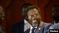 Pemimpin pemberontak Sudan Selatan, Riek Machar, tersenyum saat bertemu dengan reman-rekannya di Hotel Sheraton, Addis Ababa (9/5).