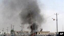 아프가니스탄 남부 헬만드 주 경찰본부 인근에 폭발로 화염에 휩싸인 건물에서 검은 연기가 치솟고 있다.