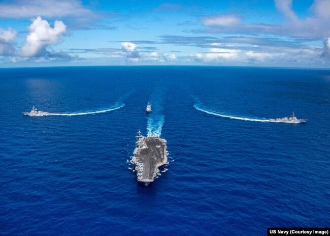 Tàu sân bay USS Carl Vinson và hai tàu khu trục hộ tống di chuyển trên Thái Bình Dương