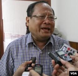 Khieu Sopheak, Ministry of Interior spokesman speaks to reporters in Phnom Penh on Thursday, August 11, 2016. (Leng Len/VOA Khmer)
