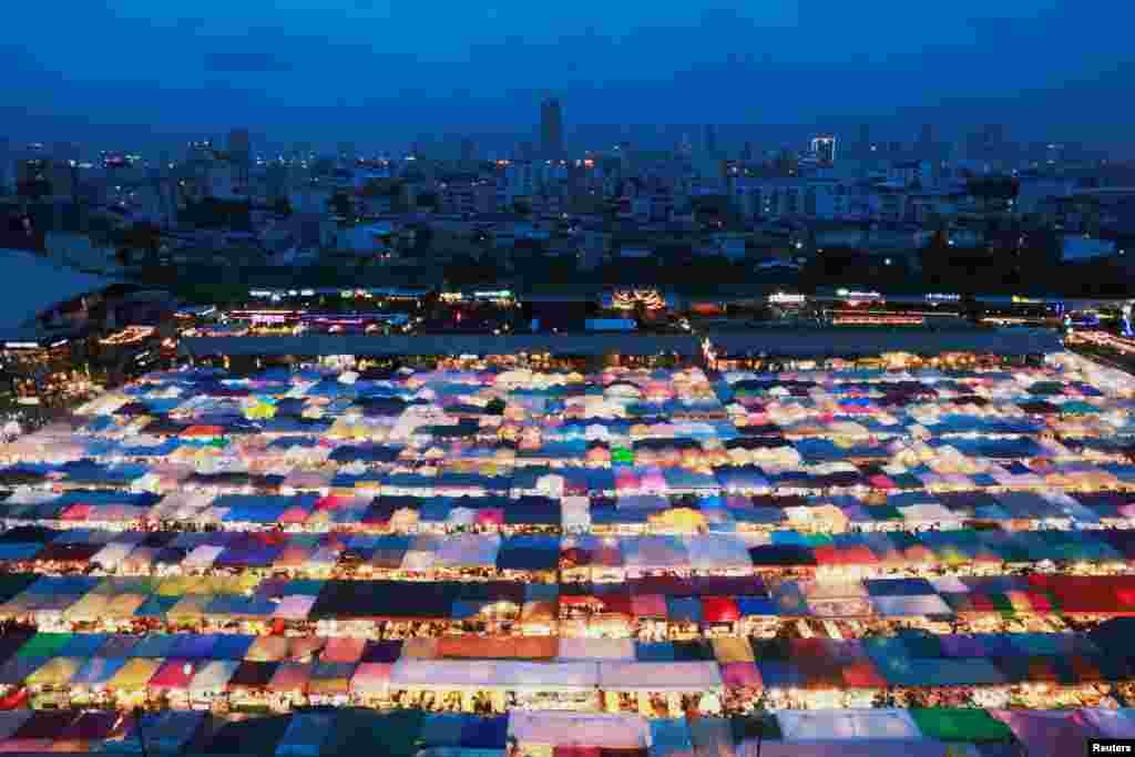 Tayland'ın başkenti Bangkok'ta Ratchada geçe pazarı.