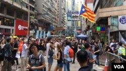 """数以万计港人在""""十一""""中国国庆节当天走上街头,抗议来自北京和香港特区政府的威权打压。(美国之音记者海彦拍摄)"""