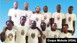Activistas angolanos trajados com camisa com referência a palhaço