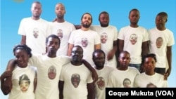 Ativistas trajados com camisa com referência a palhaço, Angola