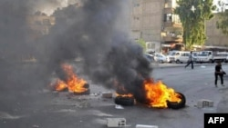 Lực lượng Giải phóng Syria đốt lốp xe chặn đường ở khu vực Jobar trong thủ đô Damascus, ngày 16/7/2012