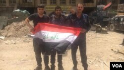 Pasukan Irak merayakan kemenangan mereka di Kota Tua Mosul, Irak, 8 Juli 2017 (K. Omer/VOA Kurdish)