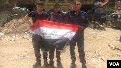 Les troupes irakiennes célèbrent leur victoire dans la vieille ville de Mossoul, en Irak, le 8 juillet 2017. (K. Omer / VOA Kurdish)