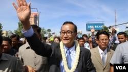 Tokoh oposisi Sam Rainsy gagal mencapai kesepakatan dengan PM Kamboja Hun Sen, sehingga oposisi akan tetap memboikot parlemen (foto: dok).