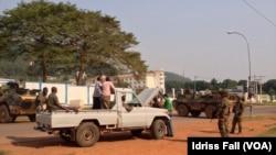 Tentara Perancis melakukan pemeriksaan terhadap kendaraan warga di sebuah pos di ibukota Bangui (25/12).