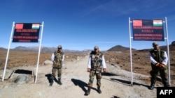 ریاست اروناچل پردیش میں بھارت اور چین کی سرحد پر واقع کراسنگ پر بھارتی سیکیورٹی اہل کار نگرانی کر رہے ہیں۔ (فائل فوٹو)