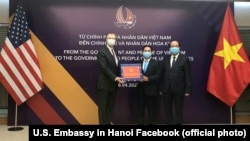 Tư liệu - Đại sứ Mỹ tại Việt Nam Daniel Kritenbrink nhận 200.000 chiếc khẩu trang từ Thứ trưởng Bộ Ngoại giao Việt Nam Bùi Thanh Sơn trao tặng, ngày 16 tháng 4, 2020.