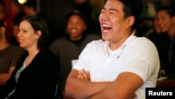 """Seorang penonton tertawa saat menyaksikan pertunjukan komedi stand-up di klub komedi """"The Comic Strip"""" di New York, 4 June 2008. (Foto: Reuters)"""