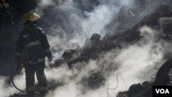 Seorang petugas pemadam kebakaran Israel. Api telah melahap Israel utara, menghanguskan 5.000 hektar hutan sebelum berhasil dipadamkan.