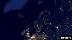 ARCHIVO- Vista nocturna de Europa y el norte de Africa tomada por el satélite Suomi National Polar Partnership (Suomi NPP) en 2012 y publicada por la NASA el 2-10-14.